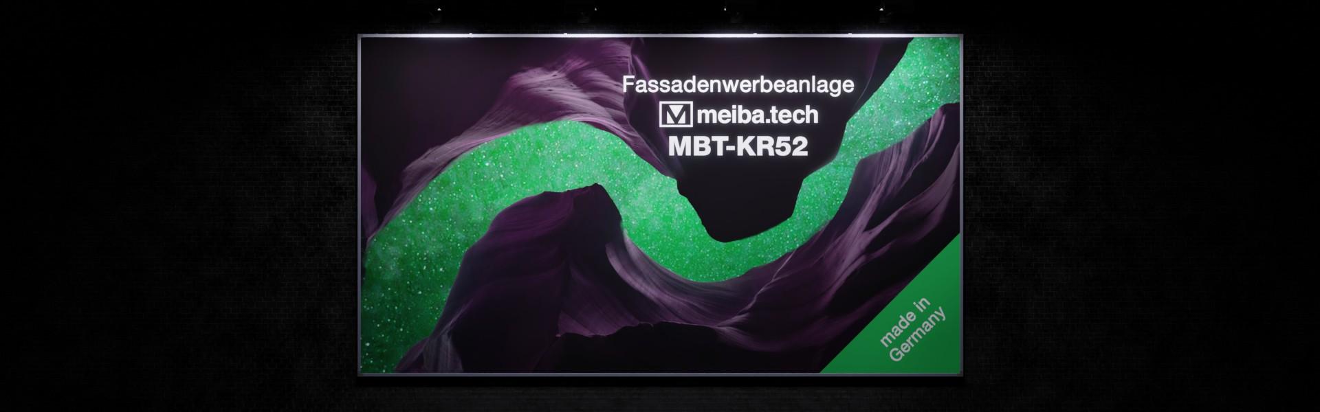 Werbeanlage MBT-KR52 für langfristige Bannerwerbung an Fassaden, Frontansicht beleuchtet